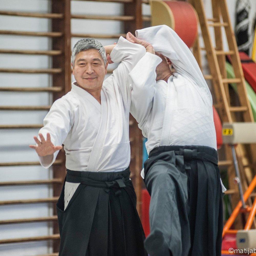 Doshu - Doshu Yoshigasaki je bil rojen leta 1951 v Kagoshimi. Z desetimi leti je pričel vaditi jogo, aikido pa leta 1968 pri sedemnajstih letih. Poleg aikida se je ukvarjal še s številnimi drugimi borilnimi veščinami, leta 1971 pa je posvetil leto dni študiju joge v Indiji. Leta 1973 je postal aikido inštruktor v Ki Society pod Koichijem Toheijem, kot glavni inštruktor Ki Society pa je leta 1977 prišel v Evropo. Aikido je poučeval tudi v ZDA, Južni Ameriki in Južni Afriki.Leta 2003 je ustanovil svojo zvezo, Ki no Kenkyukai Internationale. Je avtor dveh knjig,