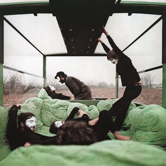 Предваряя выставку про эстетику постмодерна… В 1972 году дизайнер Марио Беллини совместно с Citroën и Pirelli сделал автомобиль или, скорее, «мобильный блок» со спорным названием Kar-A-Sutra (на фото). Под стать названию и провокационный внешний вид агрегата. К тому времени европейская молодежь отстояла свои права на вольный образ жизни. #mariobellini #karasutra #kamasutra #1970s #pirelli #italiandesign #postmodern