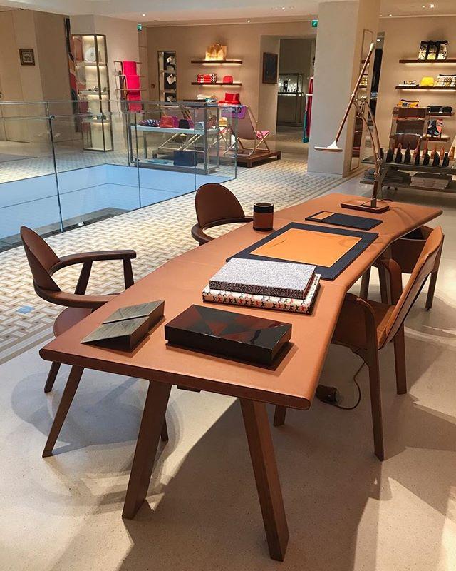 Элегантность - это не то, что должно суматошно ежесезонно меняться. На фото - стол и кресла 2011 года Энцо Мари и Дени Монтеля для Hermès. Сделано надолго. #enzomari #denismontel #hermes #faubourgsainthonoré