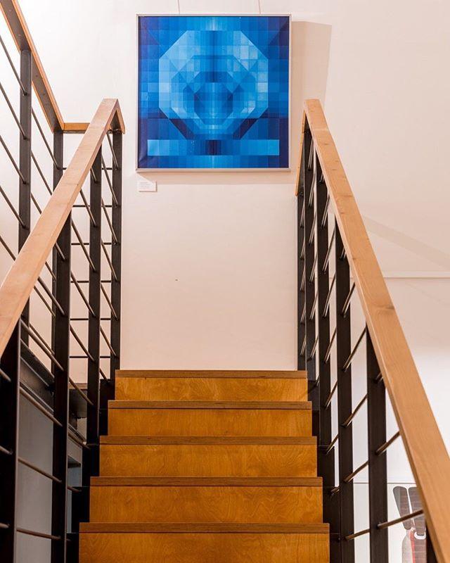 Фирменный стиль Wowhaus оказался в нашем случае более жизненным, чем первоначальный замысел сделать лестницу как в доме Имзов. #wowhaus #achitect #designgallery #palisandergallery #stairs #escalier #галереяпалисандр #архитектор