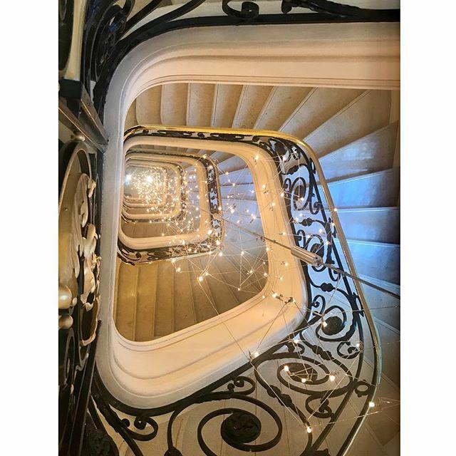 Остались ещё в Париже отели, удачно избежавшие современных толкований роскоши . #lebristol #parisianinterior #escalier #typicalparisian #architecture #старыеденьгинепахнут