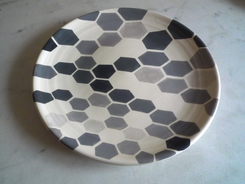 white ceramic body heavy: platter (grey hexagon perspective-solid)  3x40cm (240E)