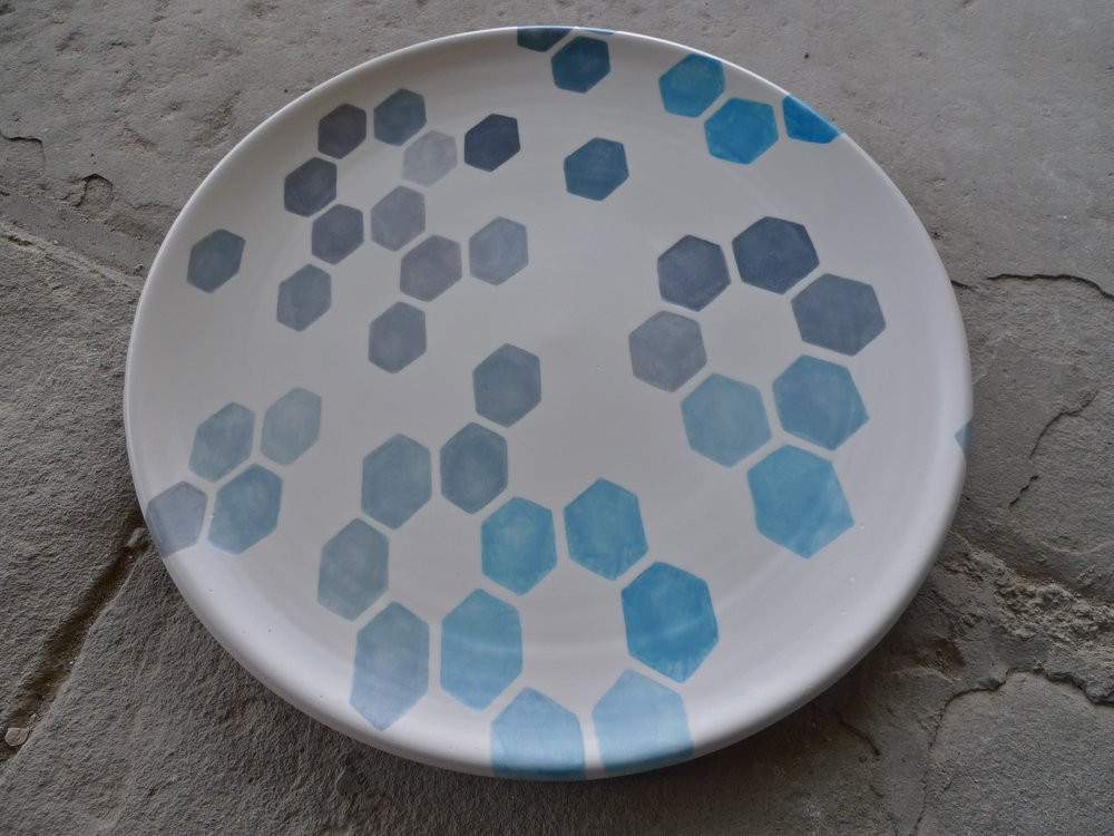 white ceramic body heavy: platter (grey, blue hexagon solid) 2x40cm (250 E)