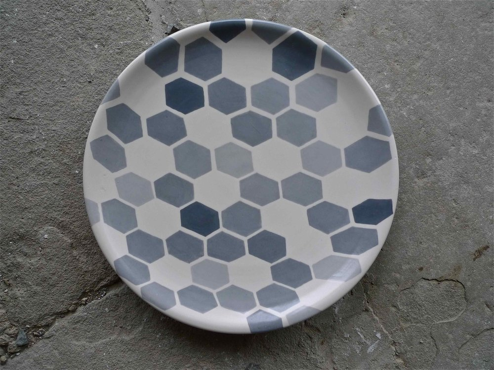 white ceramic body heavy: platter (grey hexagon perspective solid) 2x35cm (200 E)
