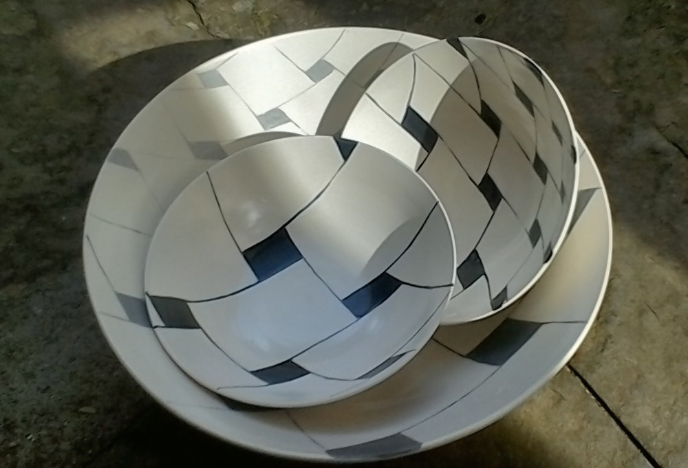 white ceramic light: perspective gradation of grey, bowl 10 x 26cm (110 E), black on white 5x15cm (50E)