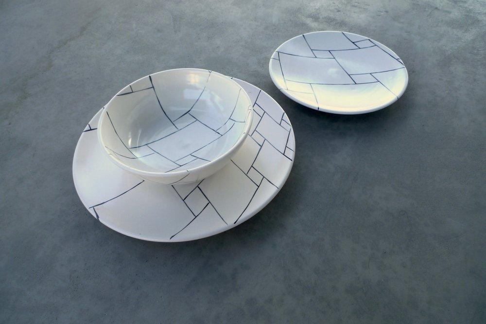 white ceramic body heavy: bowl 6x20cm ( E) plate 2x22cm (E) plate 2x30cm (E)