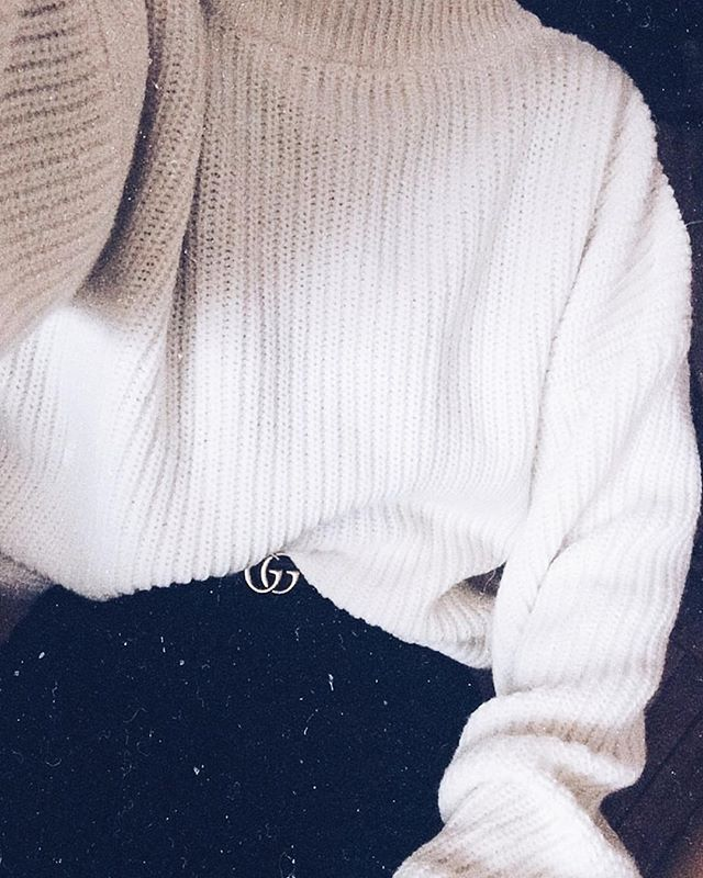 Keeping it simple wearing NO. 5 ✔️✔️✔️ We're looking for a cool place to stay in LA!! And places to see (and eat) 🖤 #vibes #simple #sweater #lessismore #fashion #brand