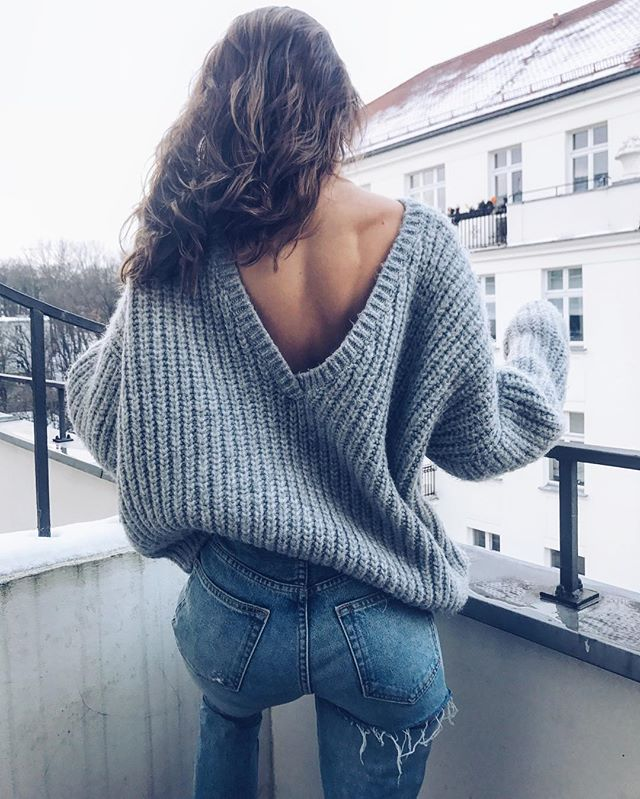 Can I wear those Jeans in the city or is it just a holiday option? Brigitte says #yolo to that 😈 ROCKET SWEATER ✔️ #ootd #outfit #denim #jeans #sweater #backless #look #simple