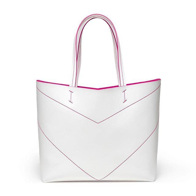 White wins ⚡️ Soon available on our new website! Stay tuned girls 💥 . . . . #bellonidesilva #pragmantica #shopper #shoppingbag #bag #bags #girlpower #ss19 #madeinitaly #italiandesign #design #fashiondesign #creativity
