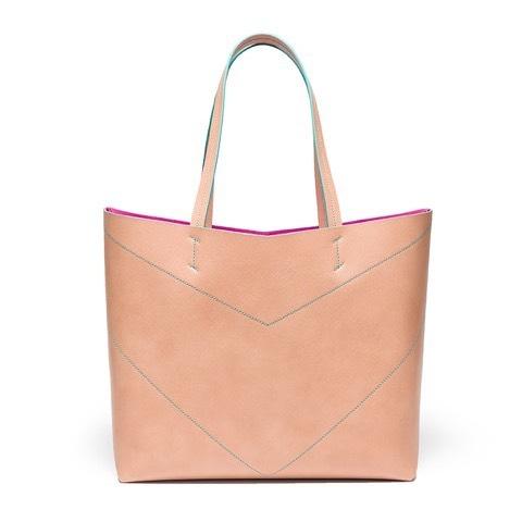 "Details make the difference 🧵 New ""Pragmantica L"" nude with emerald embroidery - Ph by @matteo.platania . . . . #bellonidesilva #creativity #bag #shopper #shoppingbag #madeinitaly #italiandesign #design #fashionblogger #fashiondesign"