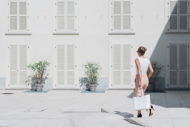 Enjoying sun in Milano with New Pragmantica L White bag ☀️Ph by @paola_lattarini_photo . . . . #pragmantica #bellonidesilva #bag #shopper #madeinitaly #italiandesign #design #quality #madeinitaly #leatherbag #fashiondesign #fashionblogger #sun #milano #luxurybag #girlpower