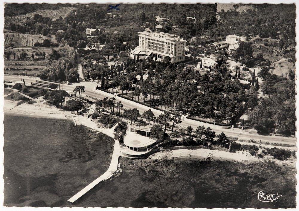carte postale Vue aérienne du Val d'Esquières (Var) - France. Dancing La Batterie (au bord de l'eau au centre de l'image) CIM, circa 1935