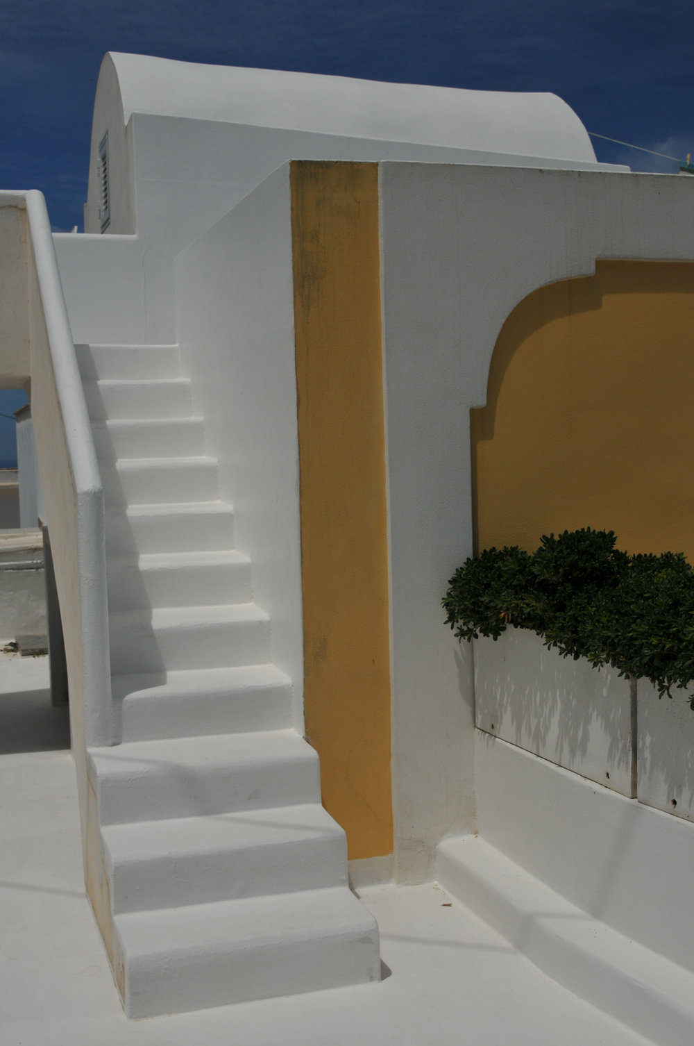 Modern construction in Ponza with an eye on traditional Greek construction and whitewash. The accents give away that it is a relatively new structure.