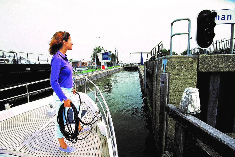 Coming into a lock usually requires the line to be looped around a bollard, pipe, or wire and both ends stay onboard so crew can adjust as needed during the locking process.