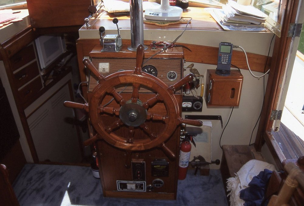 Stormy Petrel's  simple lower helm. Notice the microwave stowed on the left. They had installed it in Columbia. See below how it swings out.
