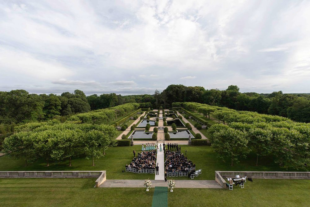 21_Wideangle_overview_of_Oheka_castle_wedding_ceremony.jpg
