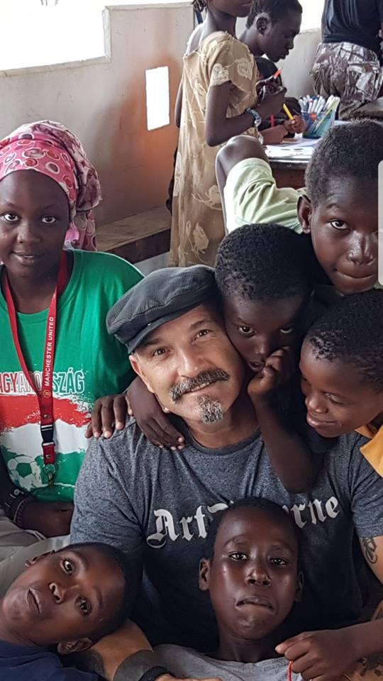 L'artista Fabio Ferrone Viola in uno dei momenti del laboratorio didattico, con i bambini della casa di accoglienza Anidan