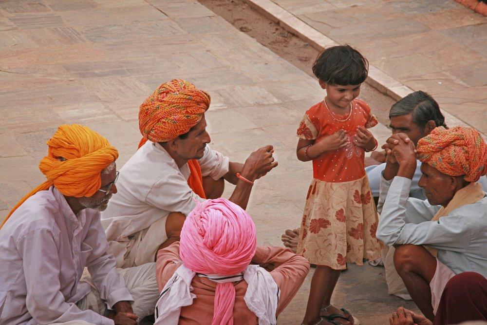 Bambina tra adulti India 2010 258.jpg