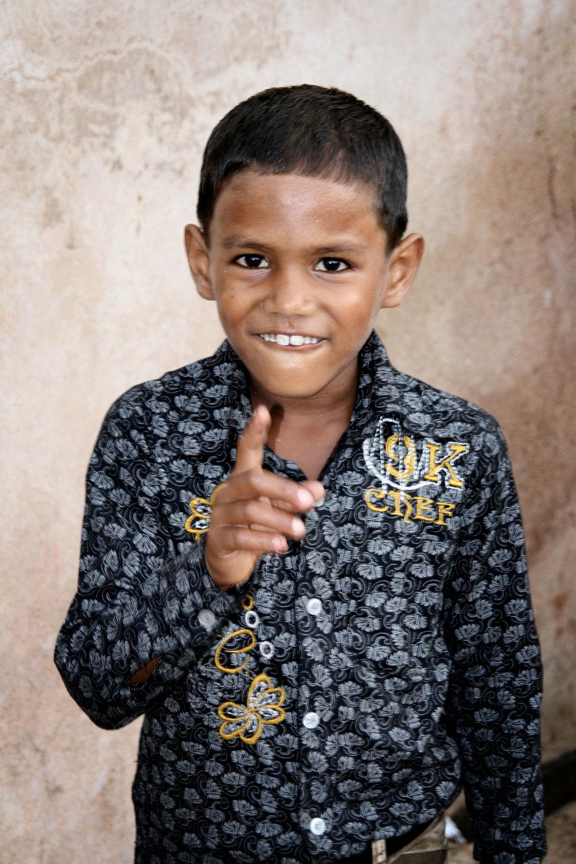 Bambino che addita India 2010 853.jpg