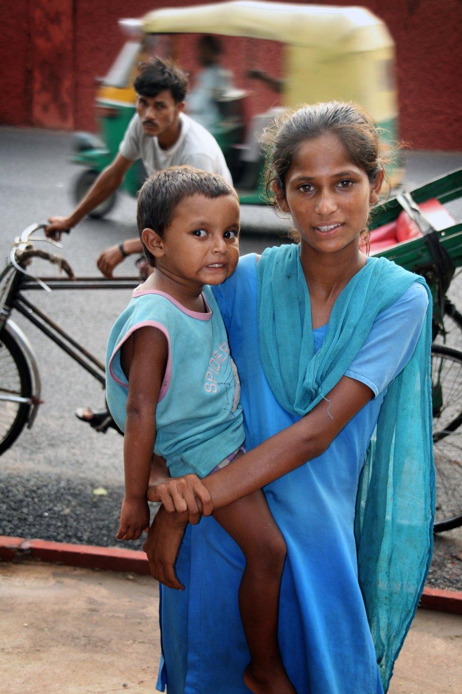 Mamma con bambino in braccio India 2010 1098.jpg
