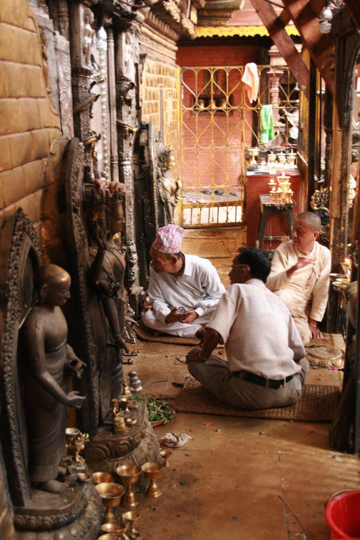 Uomini davati tempio India 2010 195.jpg