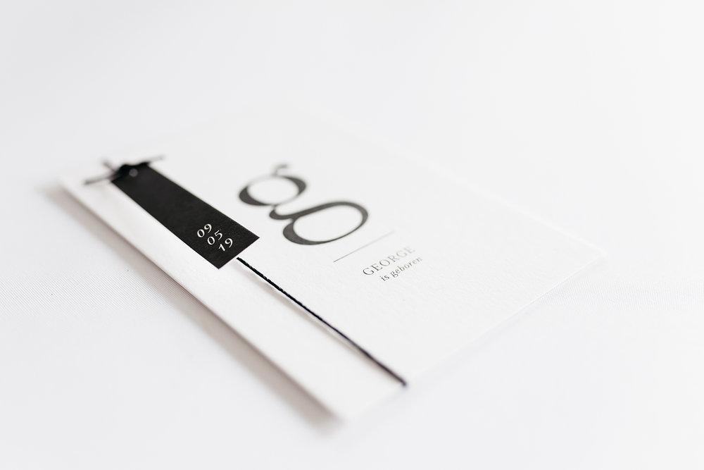geboortekaartje-minimal-modern-classic-monochrome-lettertype-babycard-wax-twine.jpg