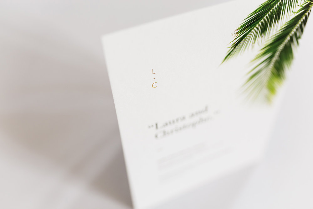 trouwkaarten-wedding-invite-palm-leaves-trees-tropical-goudfolie-modern-minimalistisch-monogram.jpg