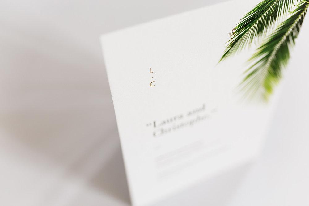 trouwkaarten-wedding-invite-palm-leaves-trees-tropical-goudfolie-modern-minimalistisch-monogram.jpg