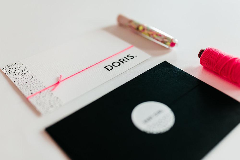geboortekaartje-neon-roze-confetti-zwarte-envelop-stationery.jpg