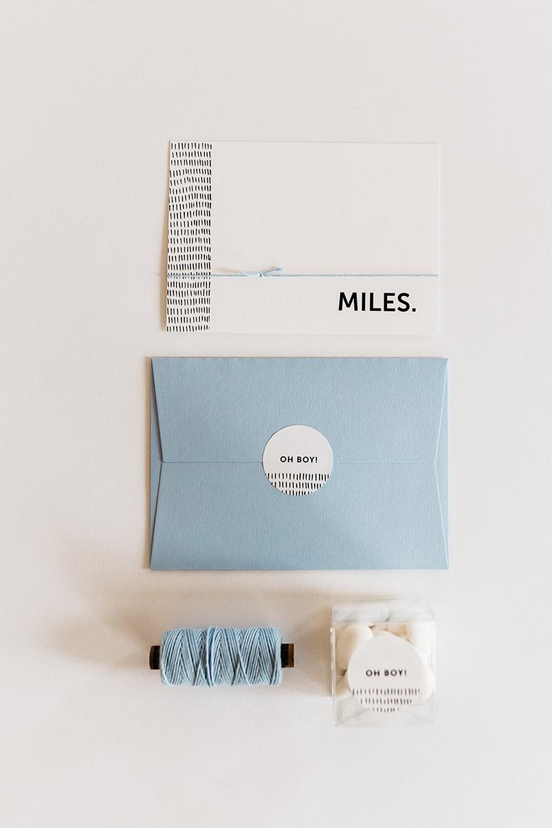 geboortekaartje-baby-stationery-jongen-baby-blauw-streepjes-patroon-doopsuiker.jpg