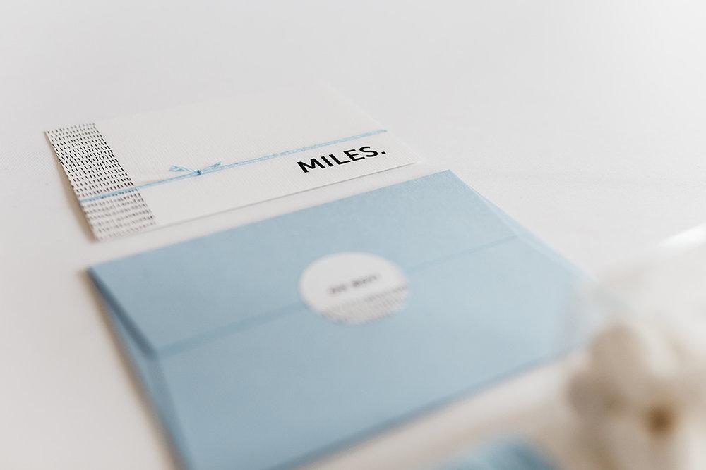 geboortekaartje-streepjes-patroon-monochrome-zwart-wit-baby-blauw.jpg