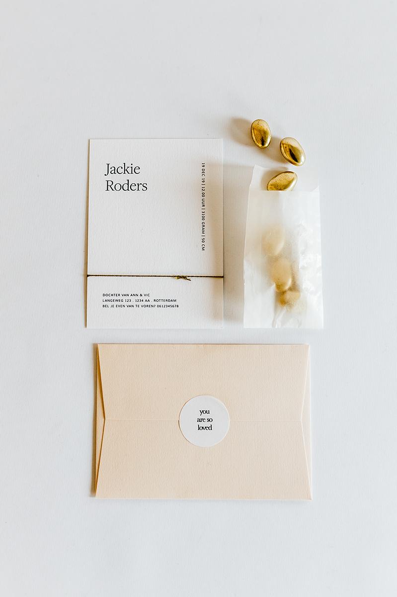 geboortekaartje-meisje-modern-simplistisch-puur-eenvoud-letterpers.jpg
