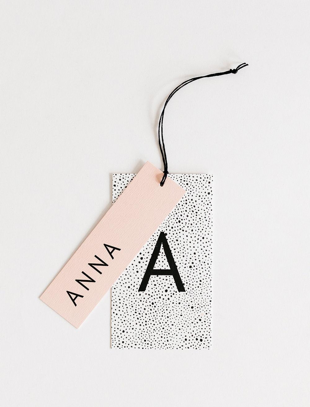 geboortekaartje-grafisch-patroon-zwart-wit-hangtag-naamlabel-letters-strak.JPG