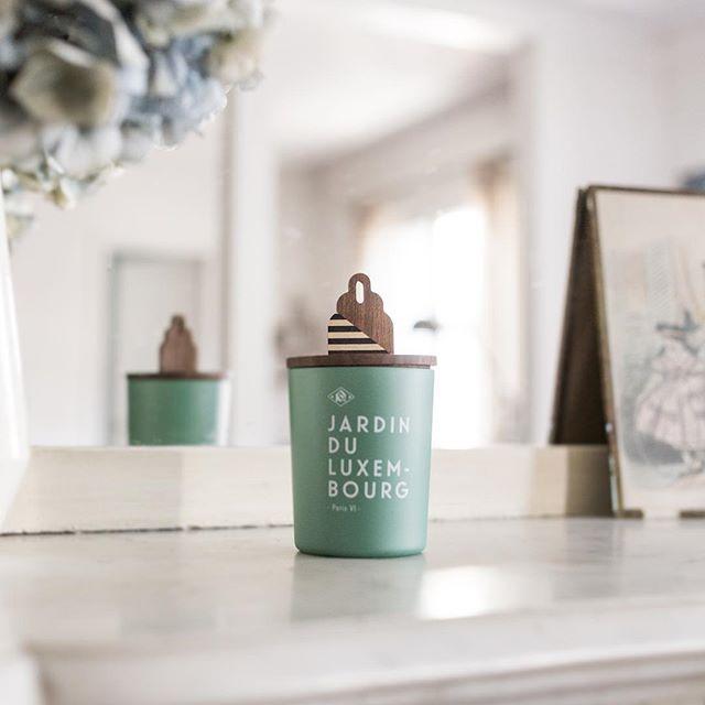 BOUTIQUE : Retrouvez mes chapeaux de bougies en marqueterie et noyer massif dans la très belle boutique @kerzon_maison 🌿 Merci @maevaallio pour cette jolie 📷 #kerzon #annelauredelmotte #bougies #artisanat #marquetry #marqueterie #woodworking #slowmade