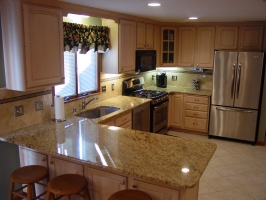 Omega Dynasty - Wellington Square door style - Oak wood - Antique White stain - Giallo Ornamental granite