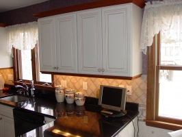 Omega Dynasty - Destin door style - Maple wood - Pearl Oqaque Finish - Caramel Glaze - Absolute Black Granite