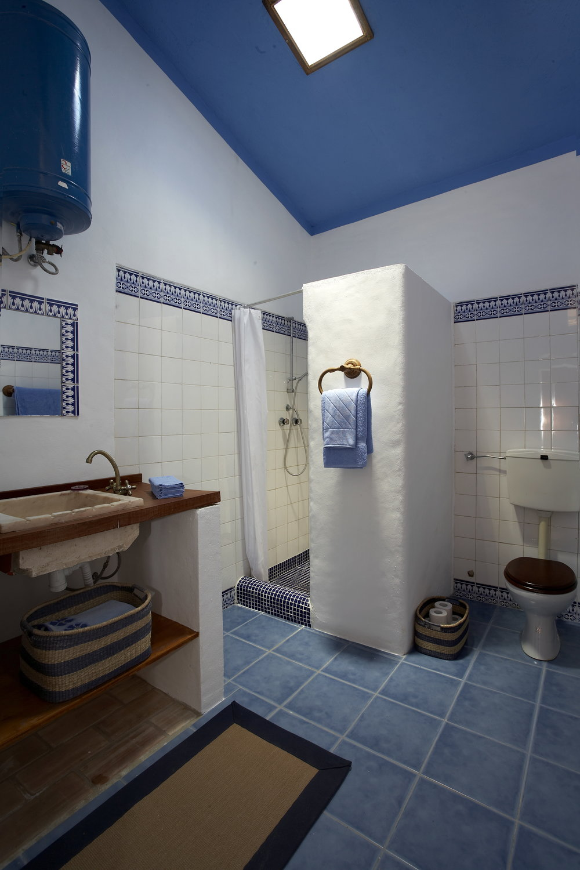 16_Apartment Bathroom.jpg