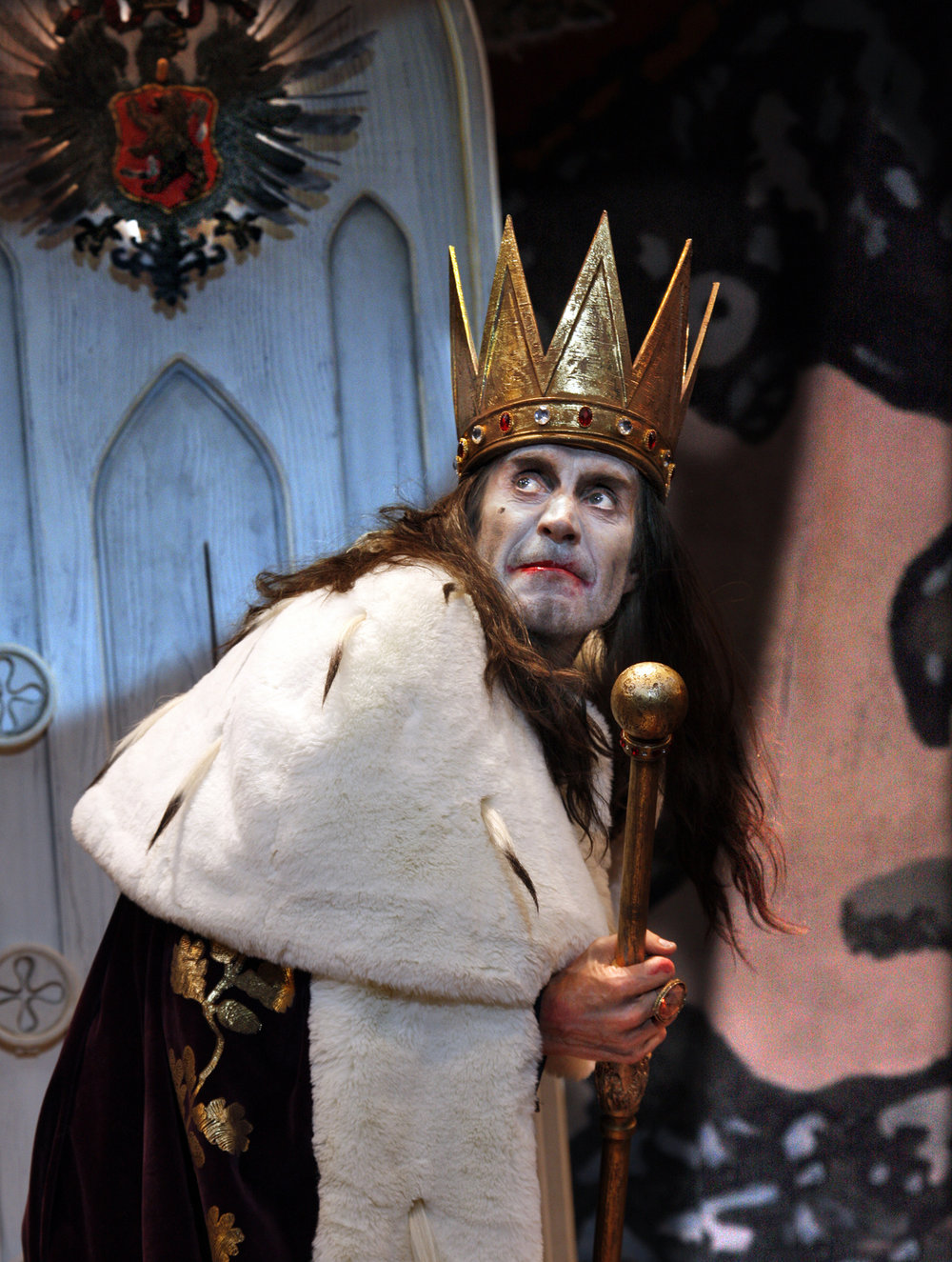 Exit the King Rhys Ifans as the King in . Photographer Simon Annand.JPG