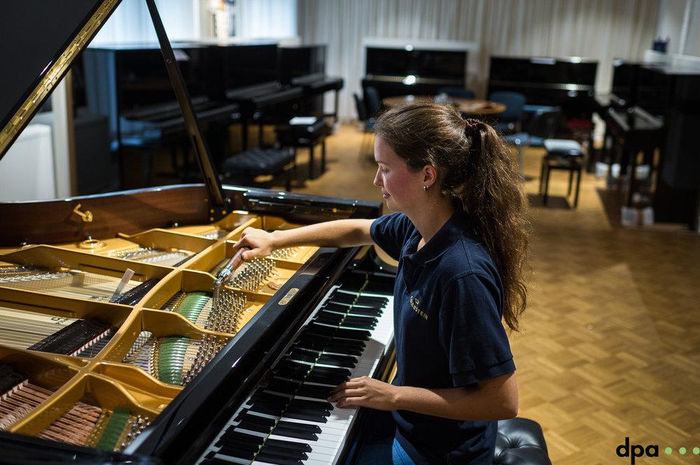 Auszubildende Paula Kiechle stimmt ein Fluegel am 06.09.2017 in der C. Bechstein Pianofortefabrik AG in Seifhennersdorf (Sachsen). //Foto: Pawel Sosnowski