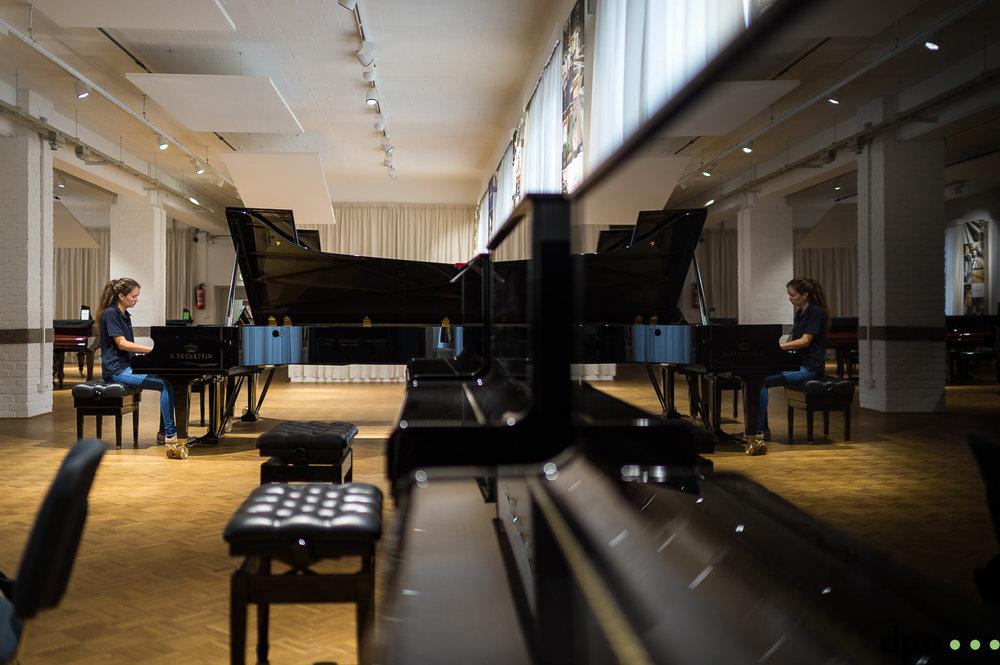 Auszubildende Paula Kiechle spielt am 06.09.2017 in der C. Bechstein Pianofortefabrik AG in Seifhennersdorf (Sachsen). //Foto: Pawel Sosnowski