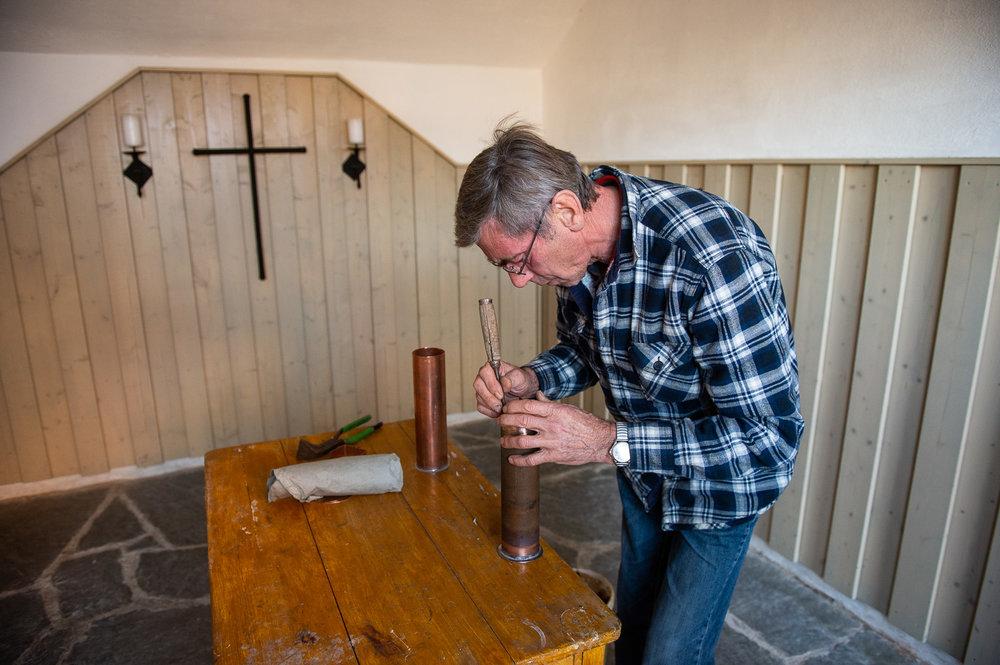 Gersdorf, 31.10.2018. Restaurierter Turmkugel wird auf die Kirche in Gersdorf gebracht. Die alte Kartusche wird zu gemacht.//Foto: Pawel Sosnowski www.pawelsosnowski.com