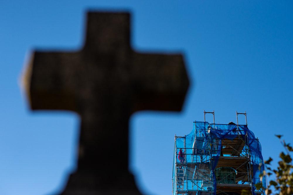 Gersdorf, 31.10.2018. Restaurierter Turmkugel wird auf die Kirche in Gersdorf gebracht. Die Kartuschen werden auf den Kirchturm gebracht.//Foto: Pawel Sosnowski www.pawelsosnowski.com