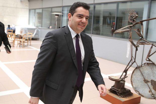 """Το τελευταίο επεισόδιο που έλαβε χώραν την περασμένη εβδομάδα, στο στρατόπεδο στα Πολεμίδια, θα πρέπει να προβληματίσει όσους ανησυχούν για την εθνική πορεία της Κύπρου.  Ένας Ταγματάρχης εδέχθη επίθεση από ένα ανάγωγο παλιόπαιδο, που υπηρετούσε τη θητεία του. Ο Ταγματάρχης είναι άνθρωπος χαμηλών τόνων και πολύ ανεκτικός.  Ο θρασύς στρατιώτης του έμπηξε το κινητό μες τα μάτια, τον αποκάλεσε """"ρε"""", έβρισε δε χυδαιότατα τη μάνα, τη γυναίκα και τη θυγατέρα του αξιωματικού. Επέμενε δε να κτυπήσει τον Ταγματάρχη και τότε οι παρευρισκόμενοι του έριξαν κάτι ψιλές. Αν ήταν άλλος από τον ψύχραιμο Ταγματάρχη και ζούσαμε σε άλλες εποχές θα πυροβολούσε το παλιόπαιδο και θα του άξιζε.  Μετά υπήρξε και συνέχεια. Αφού μπολσεβίκοι δημοσιογράφοι, οι οποίοι καραδοκούν για να στήσουν στον τοίχο ...""""τον φασισμό των ενστόλων"""", κατήγγειλαν τη """"βία που άσκησε ο Ταγματάρχης εις βάρος του καημένου του στρατιώτη"""", ο τύπος που παριστάνει τον ΥΠΑΜ, έθεσε τον αξιωματικό σε διαθεσιμότητα. Μετά από αυτό, το παλιόπαιδο, αποθρασυμένο, εισήλθε με τον πατέρα του μέσα στο στρατόπεδο και απείλησαν τον Διοικητή ότι θα """"του βάλει πόμπα"""".  Όλα αυτά τα γεγονότα αναδεικνύουν το γεγονός οτι η λεγόμενη Εθνική Φρουρά ούτε φρουρά είναι ούτε εθνική. Είναι ένας οργανισμός όπου διοικείται από στελέχη ανίκανα και ανάξια να φέρουν στολή και χρησιμοποιείται από τους διεφθαρμένους πολιτικούς ως ένας χώρος για να βολεύουν τους ημέτερους και να αλιεύουν ψήφους αφ' ενός και για να εισπράττουν μίζες μέσα από κομπίνες προμήθειας και επισκευής των οπλικών συστημάτων αφ' ετέρου.  Η κατάντια της Εθνικής Φρουράς αντικατοπτρίζεται στα χοντρά καπούλια του υπουργού άμυνας και στους μαλθακούς λόγους που εκφωνεί κατά καιρούς. Ο συγκεκριμένος λέγεται ότι υπηρέτησε τη στρατιωτική του θητεία ως τραπεζοκόμος. Μπορείτε δε να αντιληφθείτε το μέγεθος της κατάντιας της Εθνικής Φρουράς αν συγκρίνετε αυτό τον φλούφλη υπουργό και τους δήθεν αξιωματικούς που τον περιβάλλουν με τους σκληροτράχηλους αξιωματικούς που περιέβαλλαν τον Αρχηγό Διγενή,"""