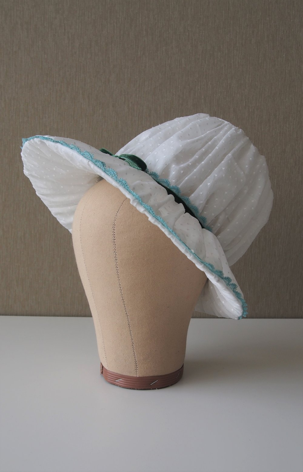 WIRE FRAME REGENCY BONNET