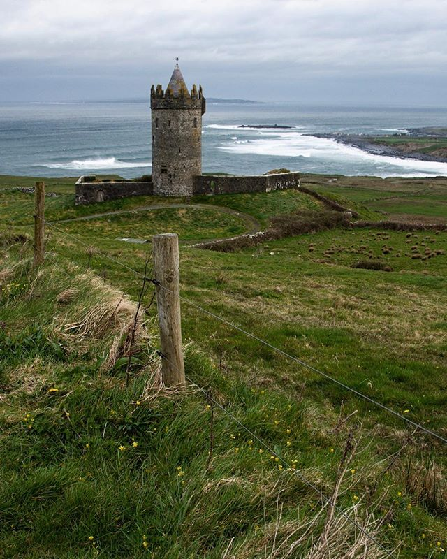 Doonagore castle, County Clare Ireland. Circa early 1500s #Éire . . . . . . #ireland #countyclare #doolin #northatlantic #travelphotography #castlesandsurfbreaks #green #history #medevial #castle #backpacking #ramblin #eurotrippin #heritage #culturetrip #getoutside #roamtheplanet