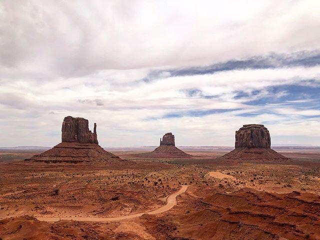 Monument valley, Oljato. UT  #ancientlands . . . . . . #monumentvalley #navajo #ancient #otherworldly #native #preservation #utah #ut #desertlife #mittens #toneranger #tones #vast #reservation #setlife