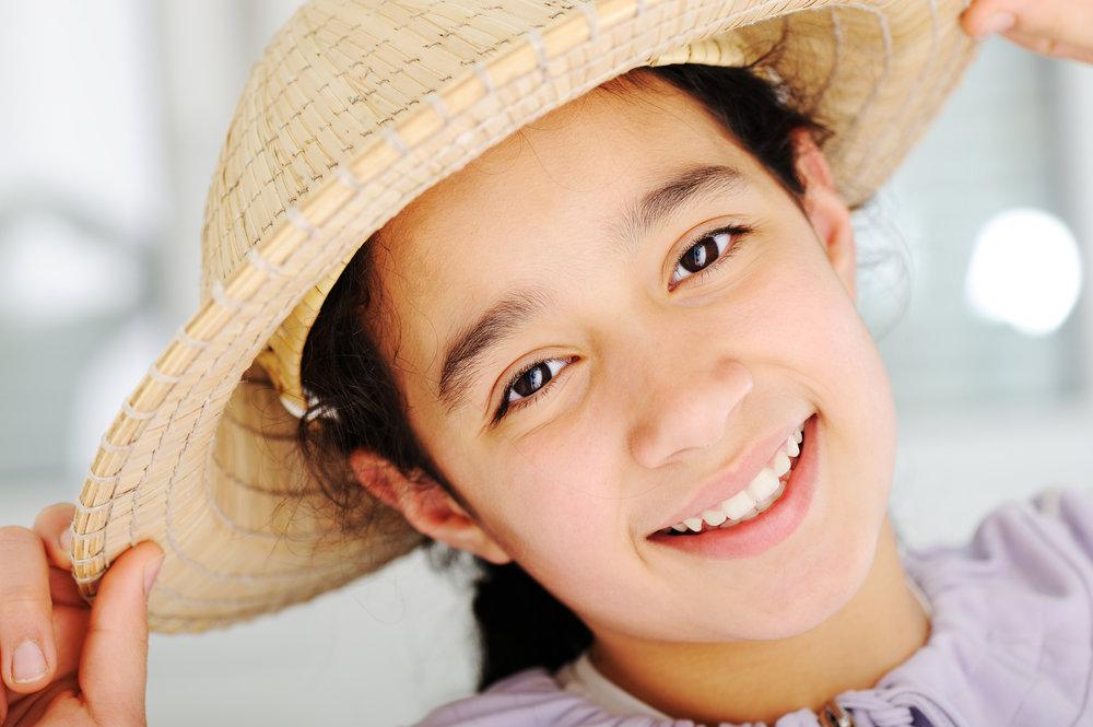 cute-teen-girl-with-hat_StzRDDpSj.jpg