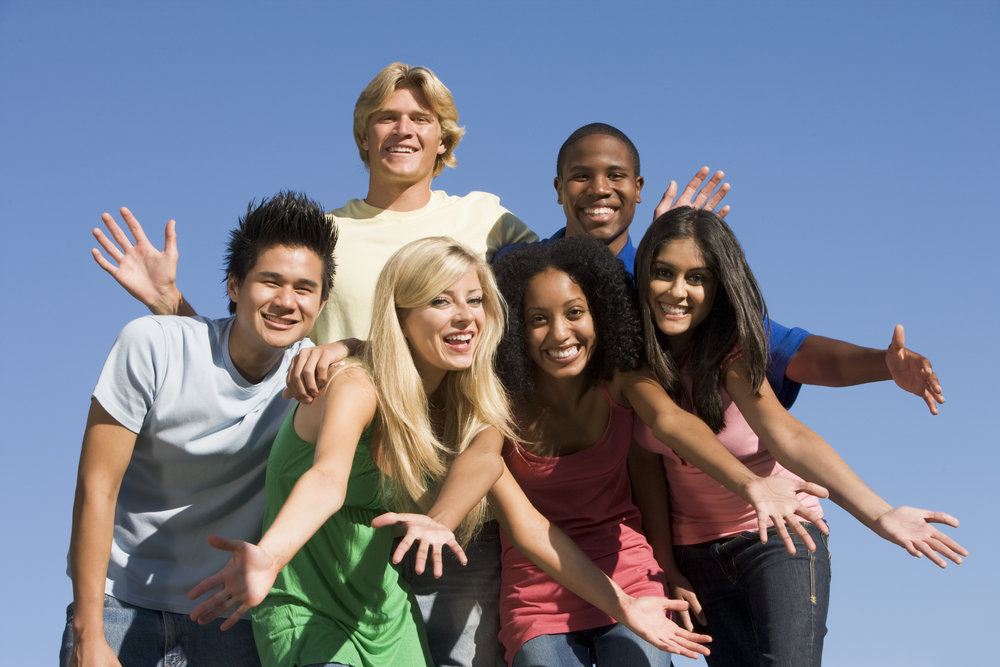 group-of-six-friends-having-fun-outside_HFkbcN00Bs.jpg