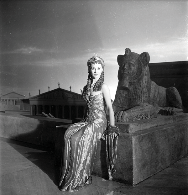 Cecil-Beaton,-Vivien-Leigh-as-Cleopatra,-1944.png