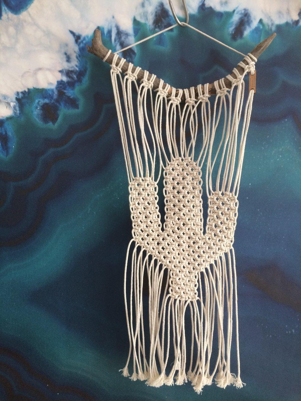 Onze macrame cactus hanger: dé best seller! Te maken naar wens qua ophanging (stok, tak, koperen staaf, etc.) én grootte/kleur hanger!